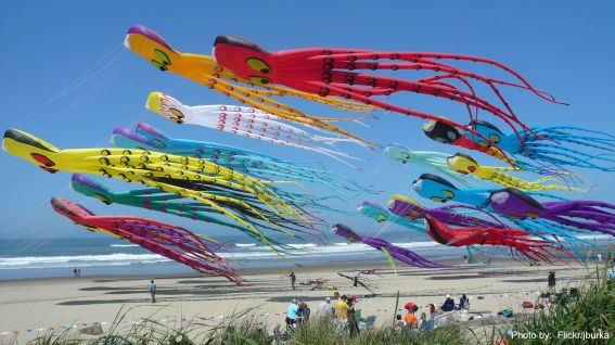 Lincoln City, OR Kite Flying photo by Flickr/burka